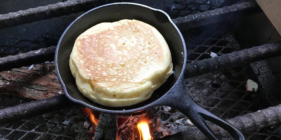 キャンプ朝ごはんはロッジ スキレットでふわふわホットケーキ