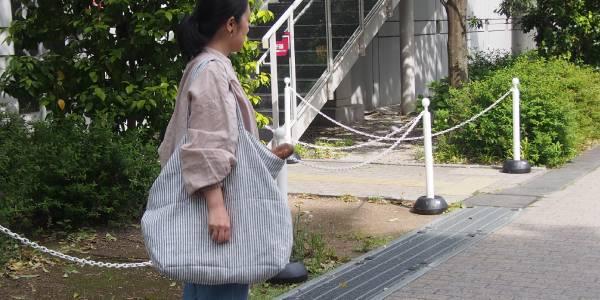 上質なリネンならではの柔らかさ。大容量のリネンバッグ